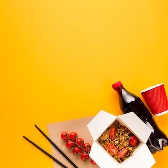 Kopieer ruimte eetstokjes en tomaten