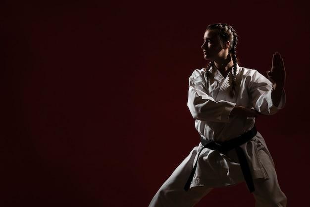 Kopieer ruimte en vrouw in witte uniform karate