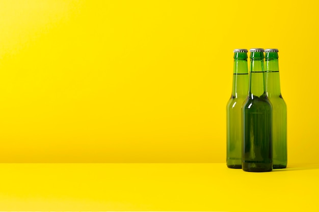 Kopieer-ruimte flessen met bier