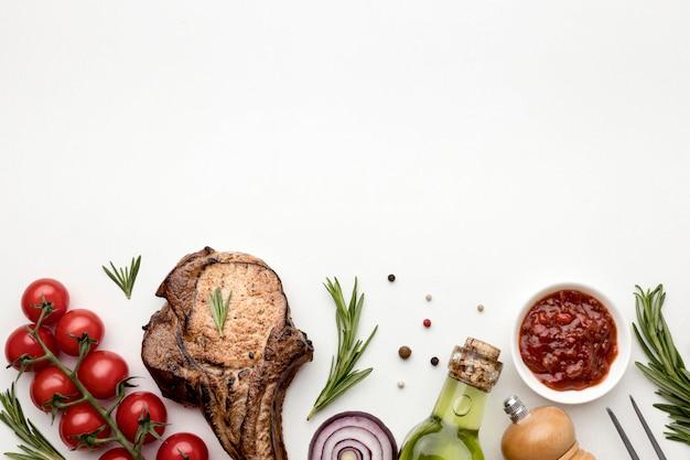Kopieer ruimte gekookt vlees met saus