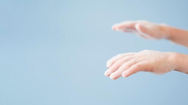 Kopieer ruimte handen met schuim