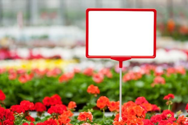 Kopieer ruimte in bloembed. close-up van kopieerruimte op het commerciële bord met bloembed op de achtergrond