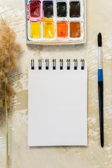 Kopieer ruimte kladblok met verf en penseel