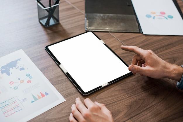 Kopieer ruimte man aan het werk op digitale apparaten