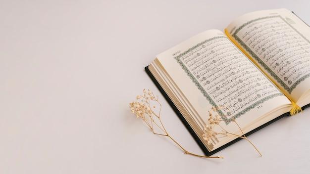 Kopieer ruimte met geopende koran