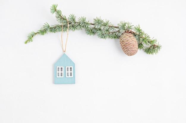 Kopieer ruimte met kerstboomtak, organische houten ornamenten en dennenappel, plat lag, bovenaanzicht