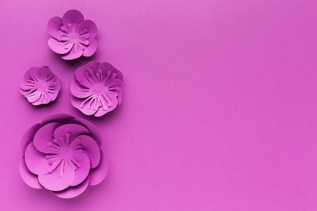 Kopieer ruimte paarse papieren bloemen