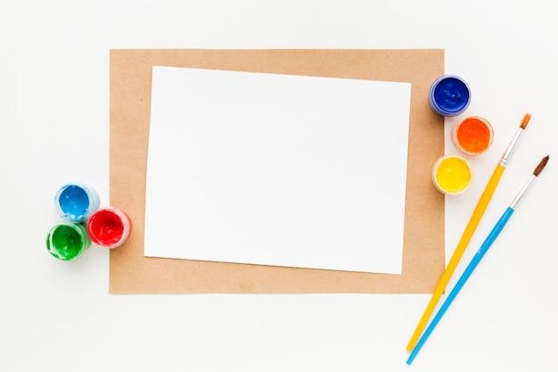 Kopieer ruimte papier en aquarelverf containers