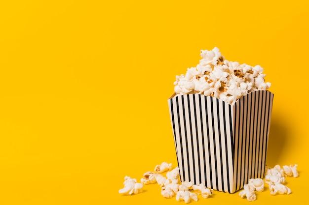 Kopieer-ruimte popcorn op tafel