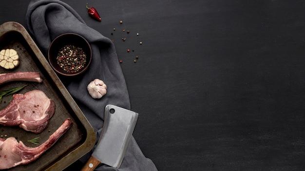 Kopieer ruimte rauw vlees in bakvorm