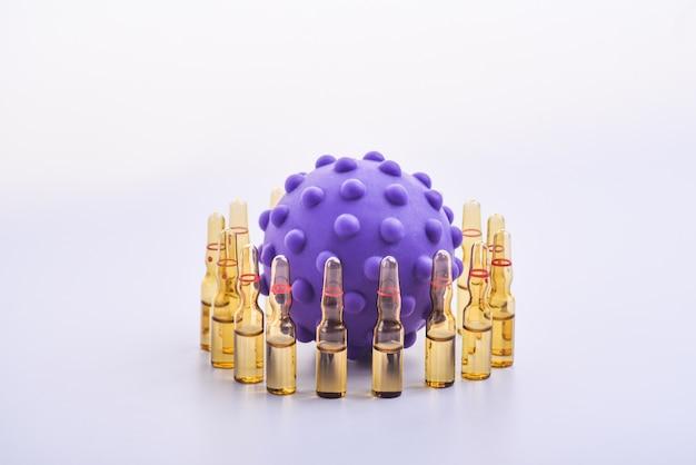 Kopieer ruimte transparante medische ampullen op een rij. gekleurd speelgoed voor kinderen in de vorm van virussen. medische ampullen beschermen tegen het virus. geïsoleerd