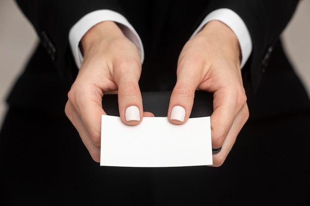 Kopieer ruimte visitekaartje gehouden door vrouw in kantoorkleren