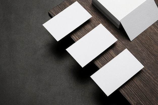 Kopieer ruimte visitekaartjes en blanco papier hoge weergave