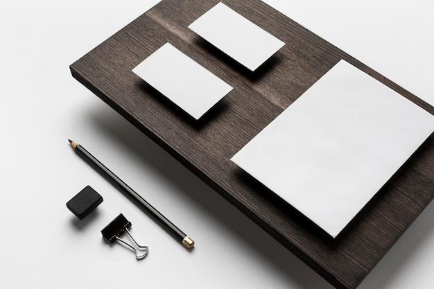 Kopieer ruimte visitekaartjes op moderne houten standaard