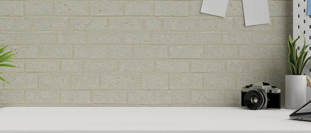 Kopieer ruimte voor productweergave op witte tafel met cameraplanten en decor op de bakstenen muur