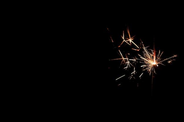 Kopieer-ruimte vuurwerk 's nachts op de hemel
