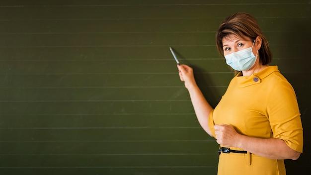 Kopieerruimte leraar met masker