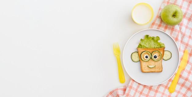 Kopieerruimte plaat met toast gezicht vorm met appel