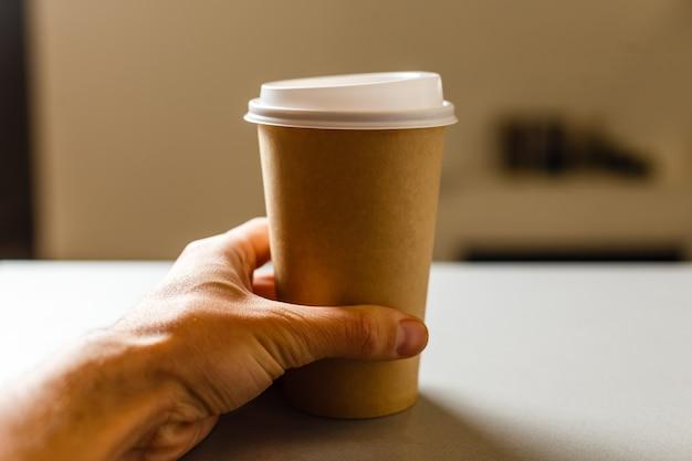 Kopje afhaalkoffie op een achtergrond
