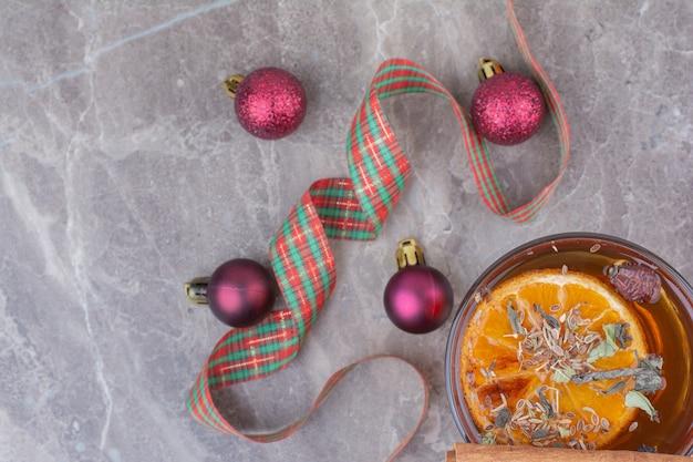 Kopje aroma thee met cadeau en strik op marmeren achtergrond.