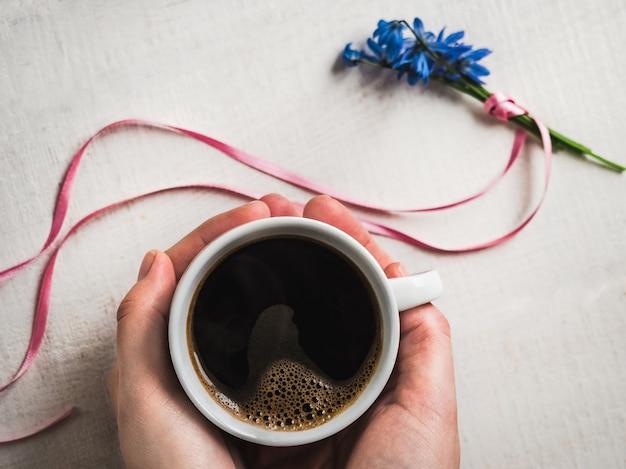 Kopje aromatische koffie en lente bloemen