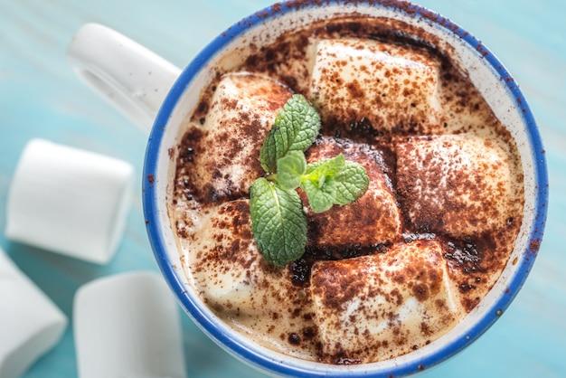Kopje cacao met marshmallows en cacaopoeder
