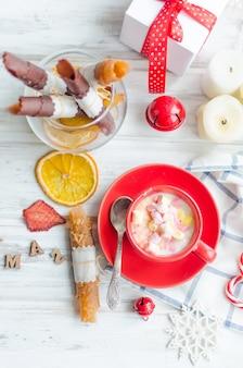 Kopje cacao met marshmallows met fruitpastille en friet