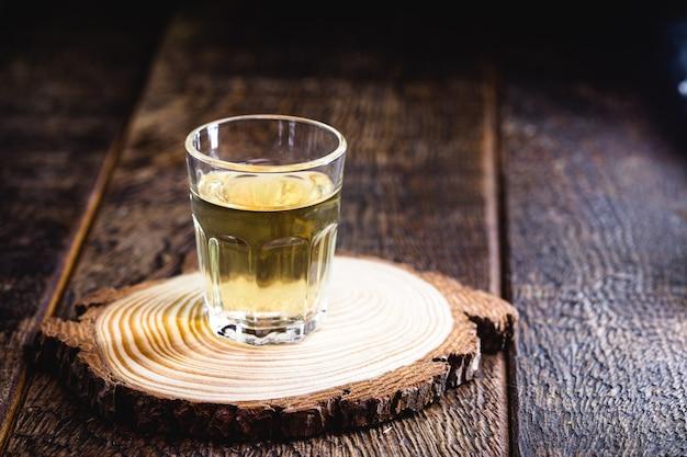 Kopje cachaça, braziliaanse gedistilleerde drank gemaakt van suikerriet, kopie ruimte