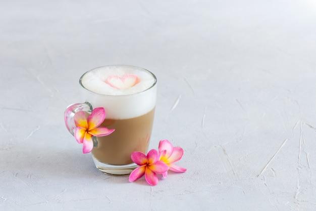 Kopje cappuccino met marshmallow hart voor valentijnsdag.