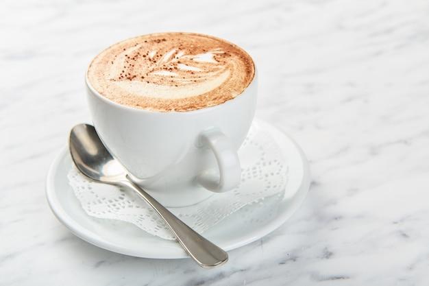 Kopje cappuccino op de tafel