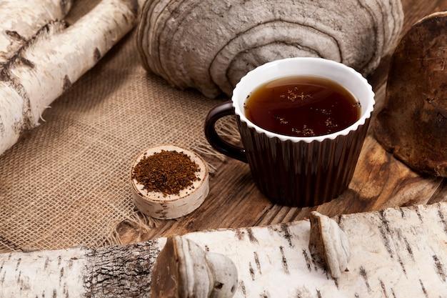 Kopje chaga thee of koffie. genezende drank van chaga van berkenpaddestoel wordt gebruikt in de alternatieve geneeskunde.