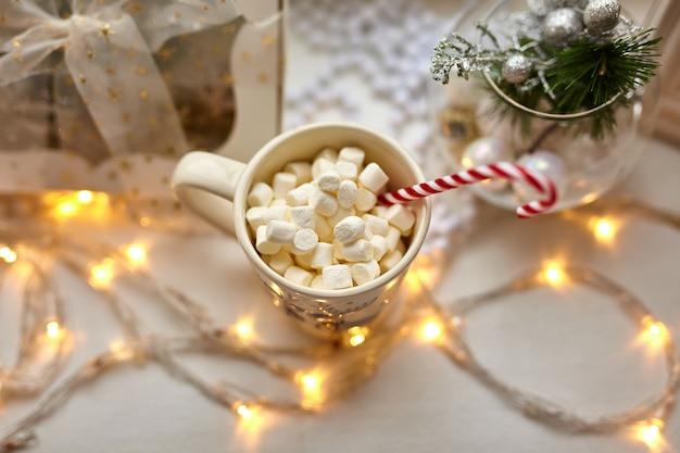 Kopje chocolade met marshmallows, kerstversiering