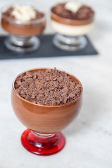 Kopje dessert met melkchocolademousse met witte chocoladeschilfers