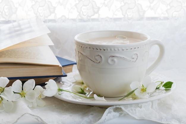 Kopje engelse thee met melk. stilleven.