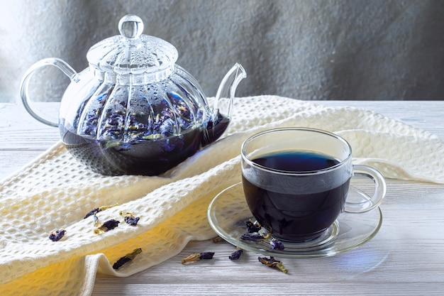 Kopje erwt thee vlinder (erwten bloemen, blauwe erwten) voor gewichtsverlies, detox op een grijze houten tafel