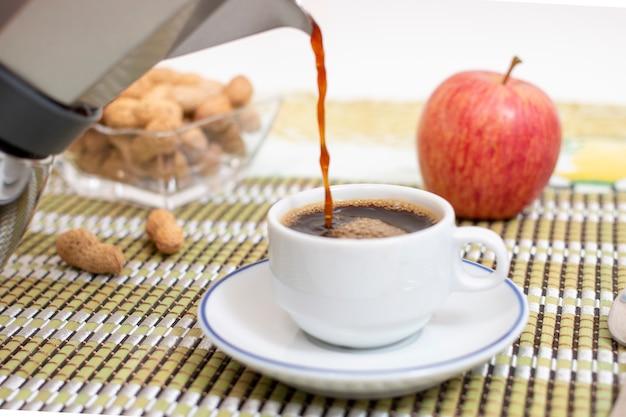 Kopje espresso koffie met pinda's en fruit