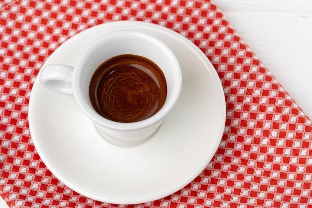 Kopje espresso koffie op schotel close-up