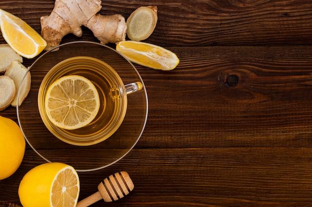 Kopje gemberthee met citroen en gemberwortel