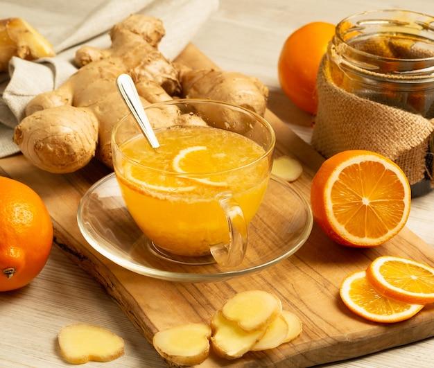 Kopje gemberthee met honing en citroen op houten tafel