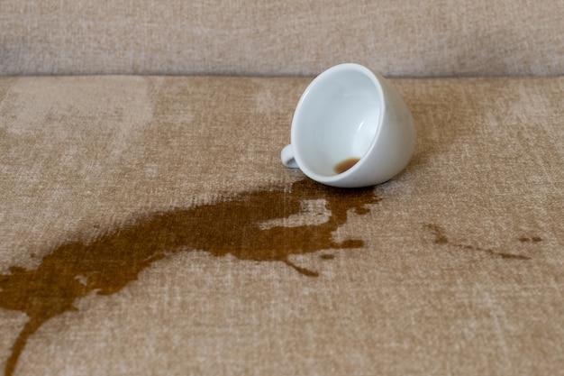 Kopje gemorste koffie vuile plek giet witte vlek uit stomerij