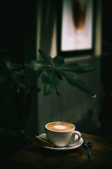 Kopje goed gemaakte latte met kunst op schuim