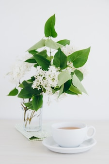Kopje groene thee op een witte tafel