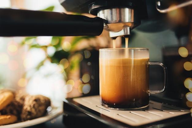 Kopje koffie bij het koffiezetapparaat