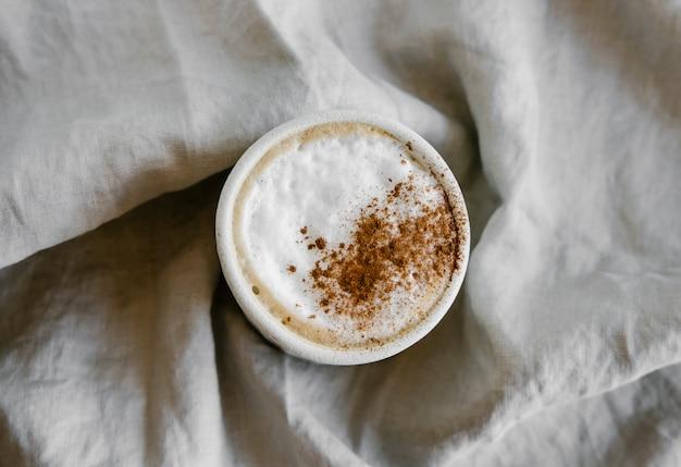 Kopje koffie cappuccino met kaneel