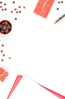 Kopje koffie, chocolade snoepjes, geschenkdoos plat lag. femininetabel.