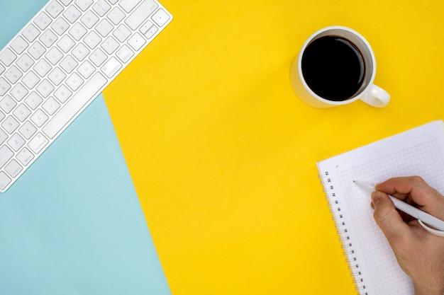 Kopje koffie draadloos toetsenbord en kladblok