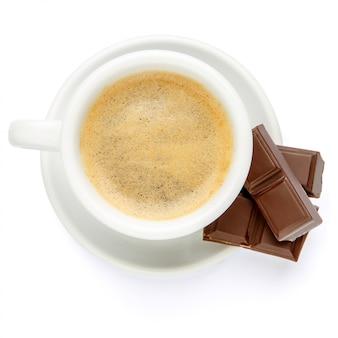 Kopje koffie en chocolade op witte achtergrond