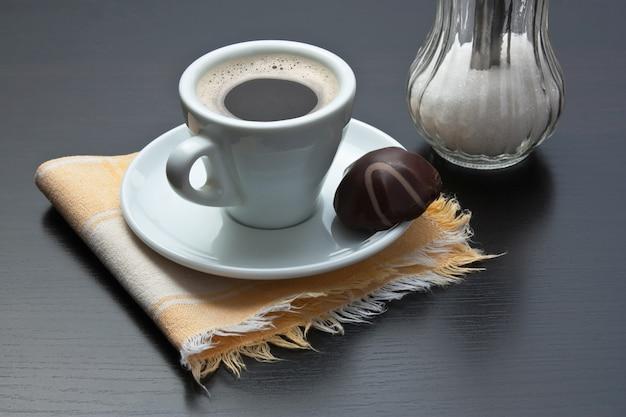 Kopje koffie en chocolade snoep op tafel