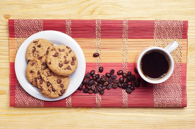 Kopje koffie en chocoladekoekjes
