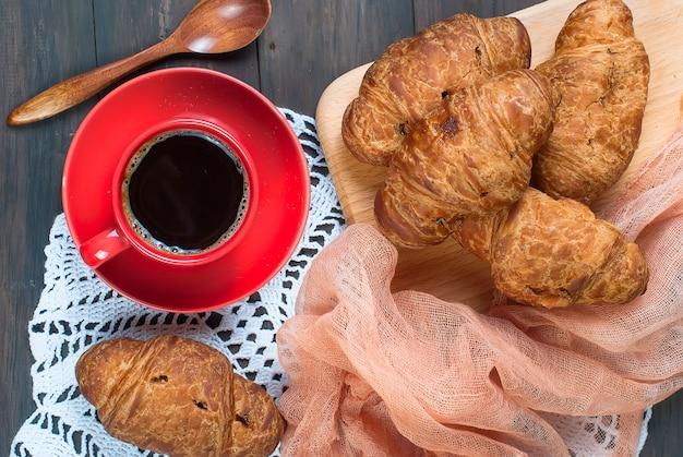 Kopje koffie en croissants
